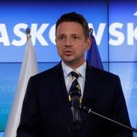 Rafal Trzaskowski parle dans un micro.