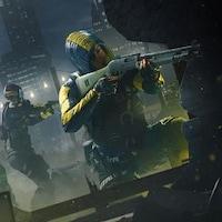 Des personnages en tenue de combat tiennent des armes dans une ville noire.