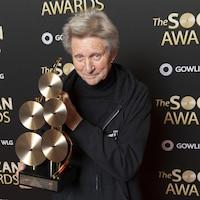 Ralph Murphy tient un trophée dans ses mains.