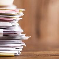 Une pile de documents et de papiers.