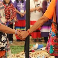 Deux femmes se tiennent la main.