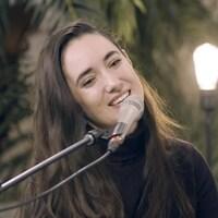 L'auteure-compositrice-interprète Rayannah chante au micro de Vos idées en chansons.
