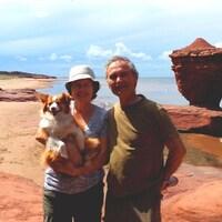 Raynald Charest et son épouse Marie Brien à la plage. Marie tient une chienne dans ses bras.