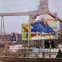 Les silos des installations portuaires où des oeuvres illustrant le paysage de La Baie sont peintes.