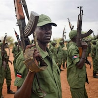 Des rebelles lèvent leur arme dans un camp militaire de Juba, la capitale du Soudan du Sud.