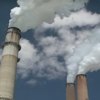 Des cheminées qui crachent de la fumée.