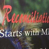 Une affiche sur laquelle on peut lire « Reconciliation starts with me ».