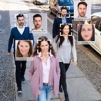 Un groupe de personnes visées par un logiciel de reconnaissance faciale.