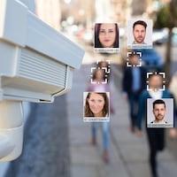 Une caméra reconnaît les visages des passants dans la rue.