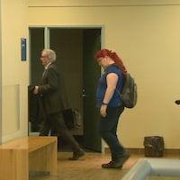 Patricia Paquette entrouée de ses avocats qui veulent que le tribunal autorise un recours collectif contre Samsung.