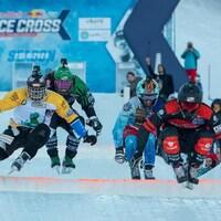 Quatre patineurs descendent une piste