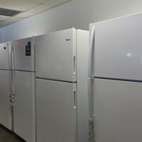 Des réfrigérateurs neufs.