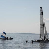 Des catamarans sont à l'eau à Carleton-sur-Mer.