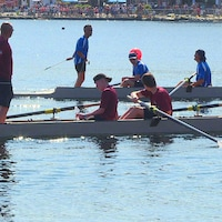 Deux équipes de rameurs sur le lac Quidi Vidi.