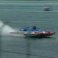 Une régate multicolore filant à toute vitesse sur l'eau.