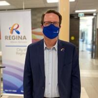 Le maire de Regina, Michael Fougere, portant un masque.