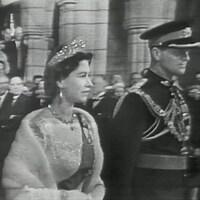 La reine Élisabeth II et le duc d'Édimbourg accueillis au Parlement canadien.