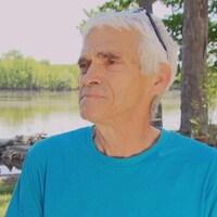 Réjean Genesse en entrevue devant la rivière des Outaouais.