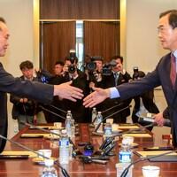 Le ministre sud-coréen de l'Unification, Cho Myoung-gyon, serre la main de son homologue nord-coréen, Ri Son-gwon.