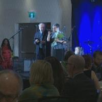 Jacqueline Plante est sur scène pour accepter son prix.