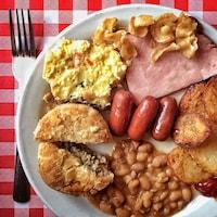 Un repas de cabane à sucre, avec des œufs, des fèves au lard, du jambon, de la saucisse et des oreilles de Christ.