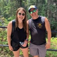 Katelyn Jones et Phil James près d'une rembarde au Maligne Canyon.