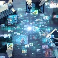 on voit des gens sur les ordinateurs et tablettes qui échangent de l'information.