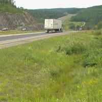 Un camion circule sur la route 175 en été.