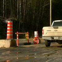 Poste de contrôle à l'entrée de la communauté atikamekw de Manawan.