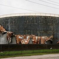 Un réservoir de pétrole lourdement endommagé par l'ouragan Harvey, au Texas.