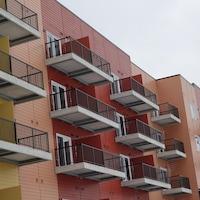 Des balcons d'un immeuble multicolore.