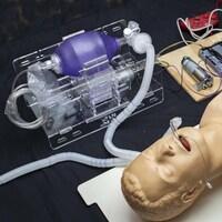 Un prototype du respirateur artificiel du MIT branché sur un mannequin.