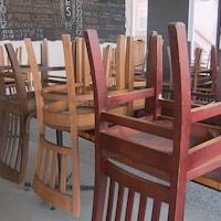 Des chaises installées sur des tables dans un restaurant de Québec fermé en raison de la pandémie de COVID-19