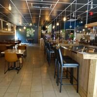 La salle à manger est prête pour les clients au restaurant Les Affamés.