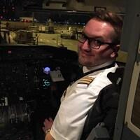 Jordan Drolet est assis dans le cockpit.
