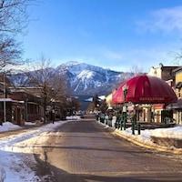 Une rue avec une montagne en arrière-plan.