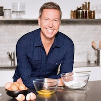 Ricardo souriant dans une cuisine.