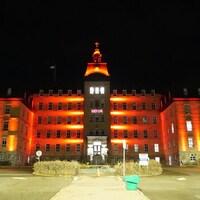 Le bâtiment de l'Université du Québec à Rimouski, éclairé de rouge.