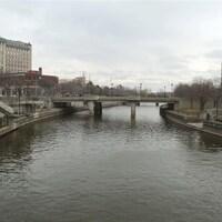 Un pont enjambe une rivière par temps gris.