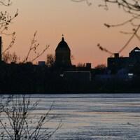 Vue sur la ville de Winnipeg et de la rivière Rouge alors que le soleil se couche.