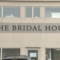 La façade du magasin de robes de mariée The Bridal House.