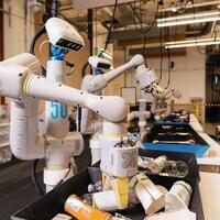 Un robot trie des déchets.