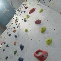 De hauts murs d'escalade vus du bas.