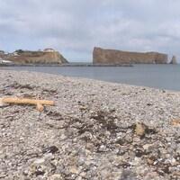 On aperçoit le rocher au loin, avec la plage en avant-plan.