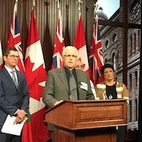 Le maire de Hearst, Roger Sigouin, entouré de membres de la Coalition de l'industrie forestière de l'Ontario