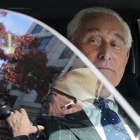 Roger Stone est assis dans une voiture.