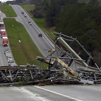 La route 280 dans le comté de Lee, en Alabama, a été bloquée par un pylône électrique qui s'est effondré après le passage d'une tornade.
