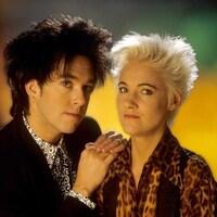 Portrait des deux membres du groupe, le chanteur est brun et la chanteuse est blonde.