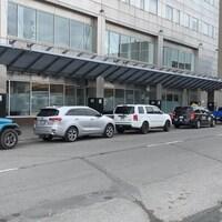 Des voitures stationnées le long du rue du centre-ville de Sudbury.