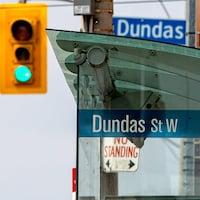 Un panneau de la rue Dundas à côté d'un feu de circulation.